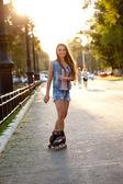 Lachende vrouw schaatsen tijdens zonsondergang — Stockfoto