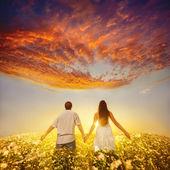 Par hålla händer och går därifrån — Stockfoto