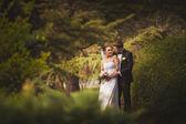 Lyckliga brudparet i park — Stockfoto