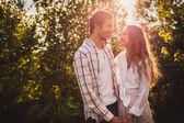 Casal feliz andando no parque — Foto Stock