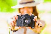 Ragazza felice con la macchina fotografica all'aperto — Foto Stock