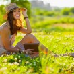 niña con libro sentado en la hierba — Foto de Stock