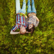 Couple couché sur l'herbe — Photo