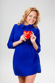 Woman holding heart — Foto Stock