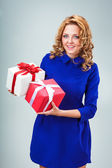Woman holding heart and giftbox — Stock fotografie