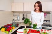 Leende ung hemmafru blandning fräsch sallad — Stockfoto