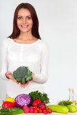 Glückliche junge Frau mit Gemüse — Stockfoto