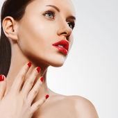 Closeup portrait de femme avec clous rouges et les lèvres — Photo