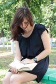 Dívka s knihou — Stock fotografie