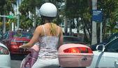 Jeune femme à conduire un scooter — Photo
