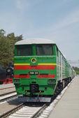 Locomotiva sobre trilhos na estação ferroviária retro vintage — Fotografia Stock