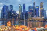 Skyline de singapour et le dieu de la fortune — Photo