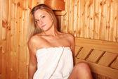 Sexy femme blonde dans le sauna — Photo