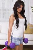 Mooi passen brunette vrouw doen gymnastiek oefeningen thuis — Stockfoto