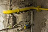 Terk edilmiş bir bodrum katında eski paslı boruları — Stok fotoğraf