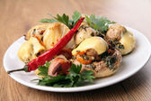 Os cogumelos cozido com batatas e bacon — Fotografia Stock