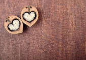 Valnöt halvor i form av hjärtan — Stockfoto