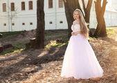 Mooie bruid buiten in een forest. — Stockfoto