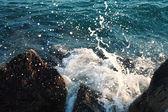 Meer Welle Pause auf Stein — Stockfoto