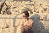 Piękna dziewczyna siedzi na akropolu — Zdjęcie stockowe
