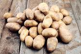 čerstvé bio brambory na dřevěný stůl. — Stock fotografie