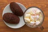 Cocoa with marshmallows and cakes on the table — Foto de Stock