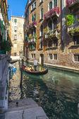 Bir kanal venedik'te gondol — Stok fotoğraf