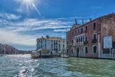 Gôndola em um canal de veneza — Fotografia Stock