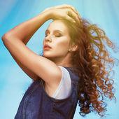 Ragazza sexy giovane donna elegante con capelli elevati in aria di volo — Foto Stock