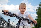 Portret małego chłopca na rowerowym — Stockfoto