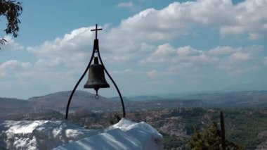 Bell a kříž na vrcholu tsampika kaple. rhodos. řecko. — Stock video