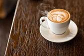 Latte na dřevěný stůl — Stock fotografie
