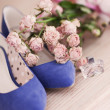 Vinatage blue shoes and flowers — Stock Photo