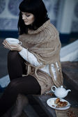 在茶饮料热针织的服装的年轻女子 — 图库照片