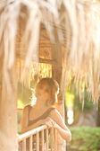 открытый портрет красивой молодой женщины против солнца — Стоковое фото