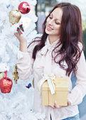 Gelukkig jonge vrouw geven kerst aanwezig vak — Stockfoto