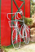 Vintage white bicycle near red wall — Stockfoto
