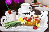 Insalata di frutta di ananas. sorpresa a colazione — Foto Stock