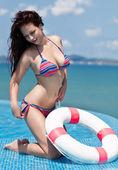 Jonge mooie vrouw met zwevende apparatuur genieten van het uitzicht op de oceaan — Stockfoto