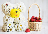 Bear from flowers with strawberry basket — Stock Photo