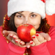 Pretty girl giveing an apple — Stockfoto