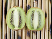Two halves of a kiwi — Stock Photo