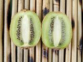 Two halves of a kiwi — Stock Photo