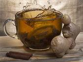 Cytryny w filiżance herbaty — Zdjęcie stockowe