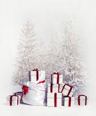 Hediyelik kutu beyaz zemin üzerine yığını ile noel ağaçları — Stok fotoğraf