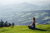 Genç bir kadın açık havada meditasyon — Stok fotoğraf