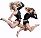 Twee mooi atletische meisje springen — Stockfoto