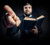 Kapłan z modlitewnik — Zdjęcie stockowe