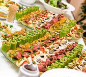 Bandejas com vários delicioso aperitivo — Foto Stock