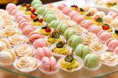 Zásobník s lahodné koláče a zákusek makarónek — Stock fotografie